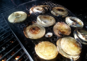 Grilling_sliced_onions_with_fire